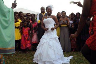 El presidente Uhuru Kenyatta firmó la ley quepermite a los hombres casa...