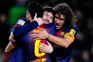 Los capitanes barcelonistas Xavi y Puyol felicitan a Lionel luego de sus...