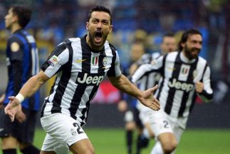 Fabio Quagliarella celebra tras anotarle al Inter.