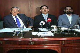Los empresarios Larrea junto a sus abogados durante una conferencia de p...
