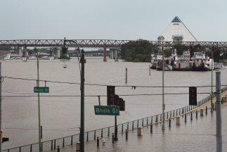 La ciudad de Memphis, Tennessee, está asediada por la crecida del río Mi...