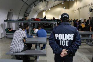 Inmigrantes indocumentados en un centro de detención de ICE.