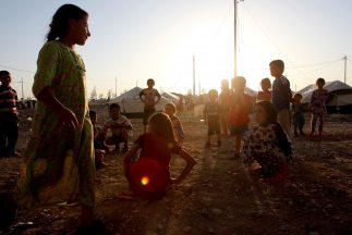 Niños desplazados por la violencia del Estado Islámico (EI).