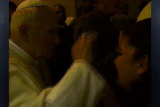 La periodistaMaria Antonieta Collins con Juan Pablo II al momento de re...