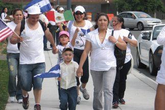 El gobierno de San Salvador estima que unos 2.3 millones de salvadoreños...