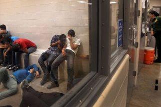 Niños migrantes centroamericanos detenidos en un centro de la Patrulla F...