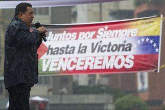 El presidente de Venezuela, Hugo Chávez, durante un acto de campaña regi...
