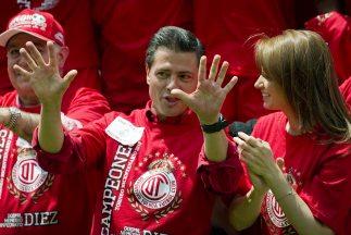 El gobernador del Estado de México, Enrique Peña Nieto, y la actriz Angé...