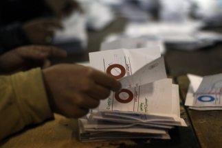 Cerca de dos tercios de los votantes egipcios aprobaron una Constitución...