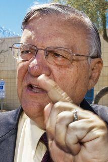 El alguacil del condado de Maricopa, Joe Arpaio, entregó en 2009 más de...