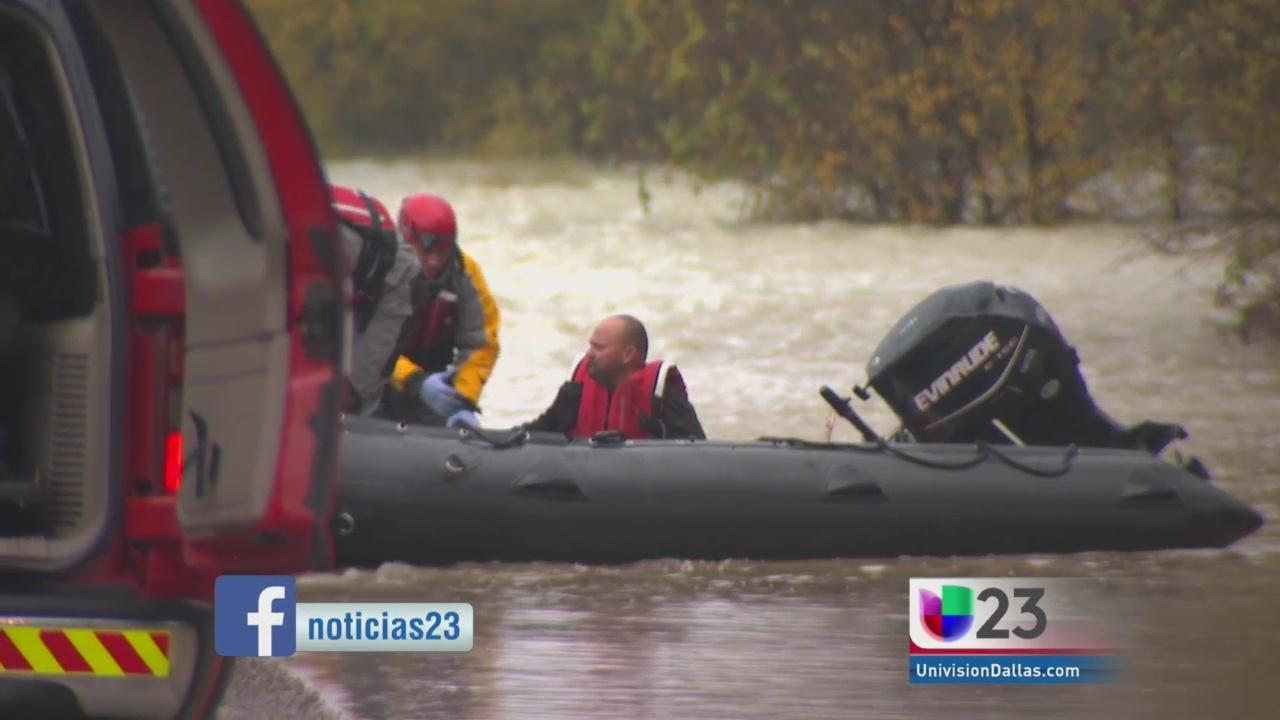 Rescatan a conductor atrapado en el agua