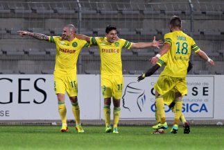 Alejandro Bedoya celebra el gol que le dio el triunfo al nantes sobre Aj...