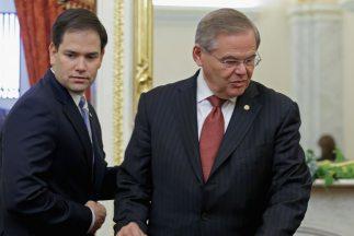 Los senadores Marco Rubio (republicano de Florida) y Bob Menéndez (demóc...
