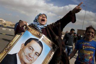 Manifestantes expresan su apoyo al ex presidente egipcio, quien permanec...