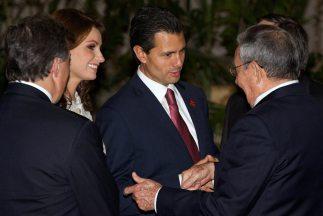 Posteriormente sostuvo un encuentro con su homólogo Raúl Castro en una b...