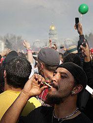 Miles salieron a la calle a fumar marihuana en reclamo de su legalizació...