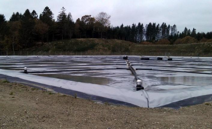 En Dronninglund, el agua calentada por el sol se almacena para utilizarl...