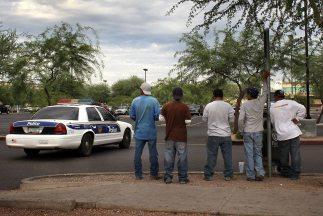 Jornaleros indocumentados en un estacionamiento de Arizona.