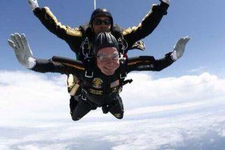 George Bush durante su salto en su cumpleaños número 90. Foto tomada de...