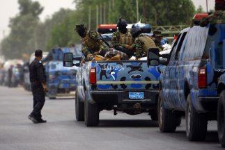 Soldados iraquíes se dirigen a Mosul, tomada por radicales islámicos.