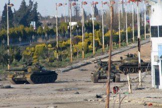 Tanques del Ejército sirio apostados en una de lascarreteras de entrada...