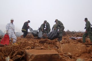 Bomberos y personal militar proceden a levantar los cuerpos de la aerona...