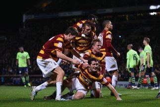 Los jugadores del Bradford celebran mientras Aston Villa se retira del c...