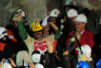 Los mineros chilenos celebran la Navidad en familia, pero algunos aún no...