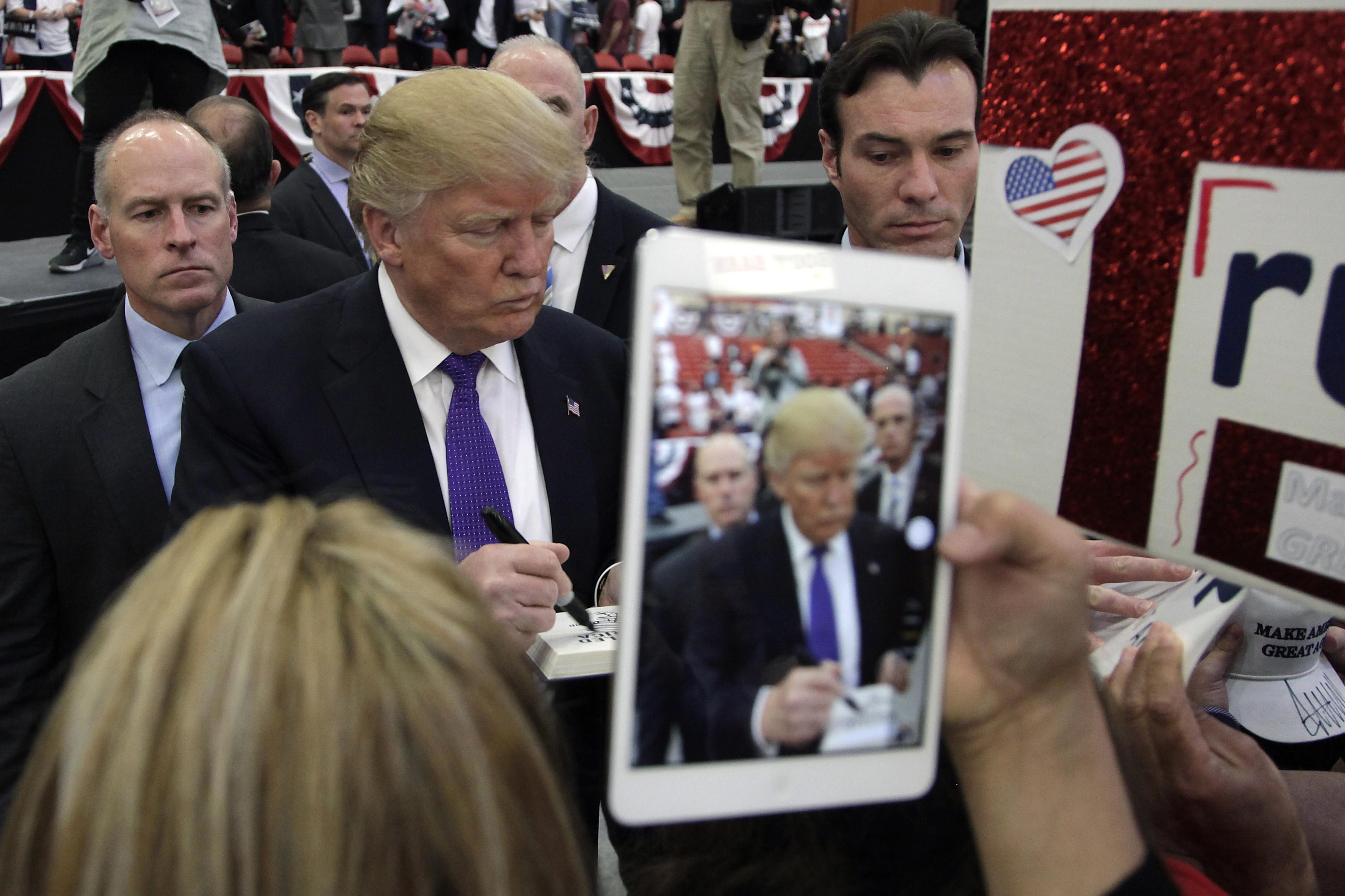 Donald Trump firma autógrafos al término de su evento en Las Vegas, Nevada