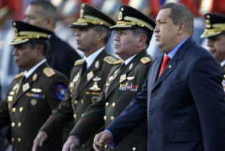 Hugo Chávez, seguido de Henry Rangel, Ministro de Defensa.