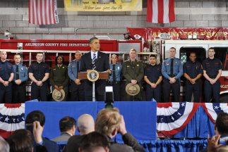 Obama visitó una estación de bomberos en Virginia y en su discurso propu...