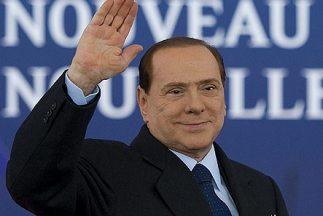 El jefe del gobierno italiano, Sulvio Berlusconi, renunció al cargo y de...