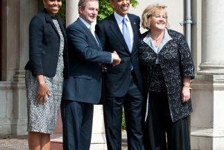 El presidente Obama y su esposa Michelle, fueron recibidos por el primer...
