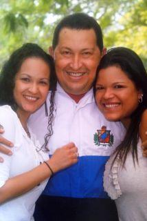 Chávez con sus dos hijas, Rosa Virginia (izq.) y María Gabriela.