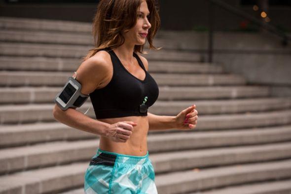 Una mujer corre vistiendo el Sensoria Fitness Bra, creado por la empresa...