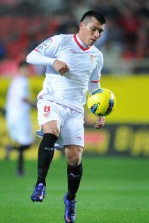 Gary Medel hizo dos goles en el triunfo de Sevilla ante Deportivo.
