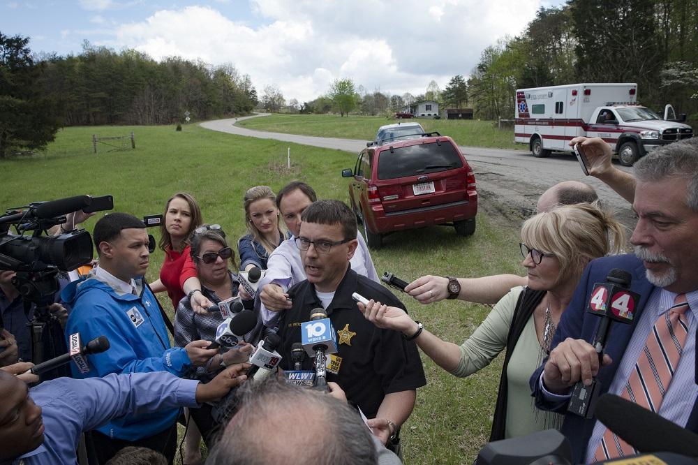 El jefe policial del condado de Ross, Michael Preston, habla con los med...