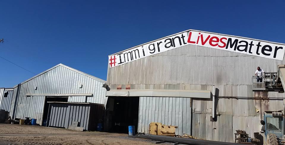 Este mensaje colocado en un almacén de El Paso se puede ver desde Juárez.