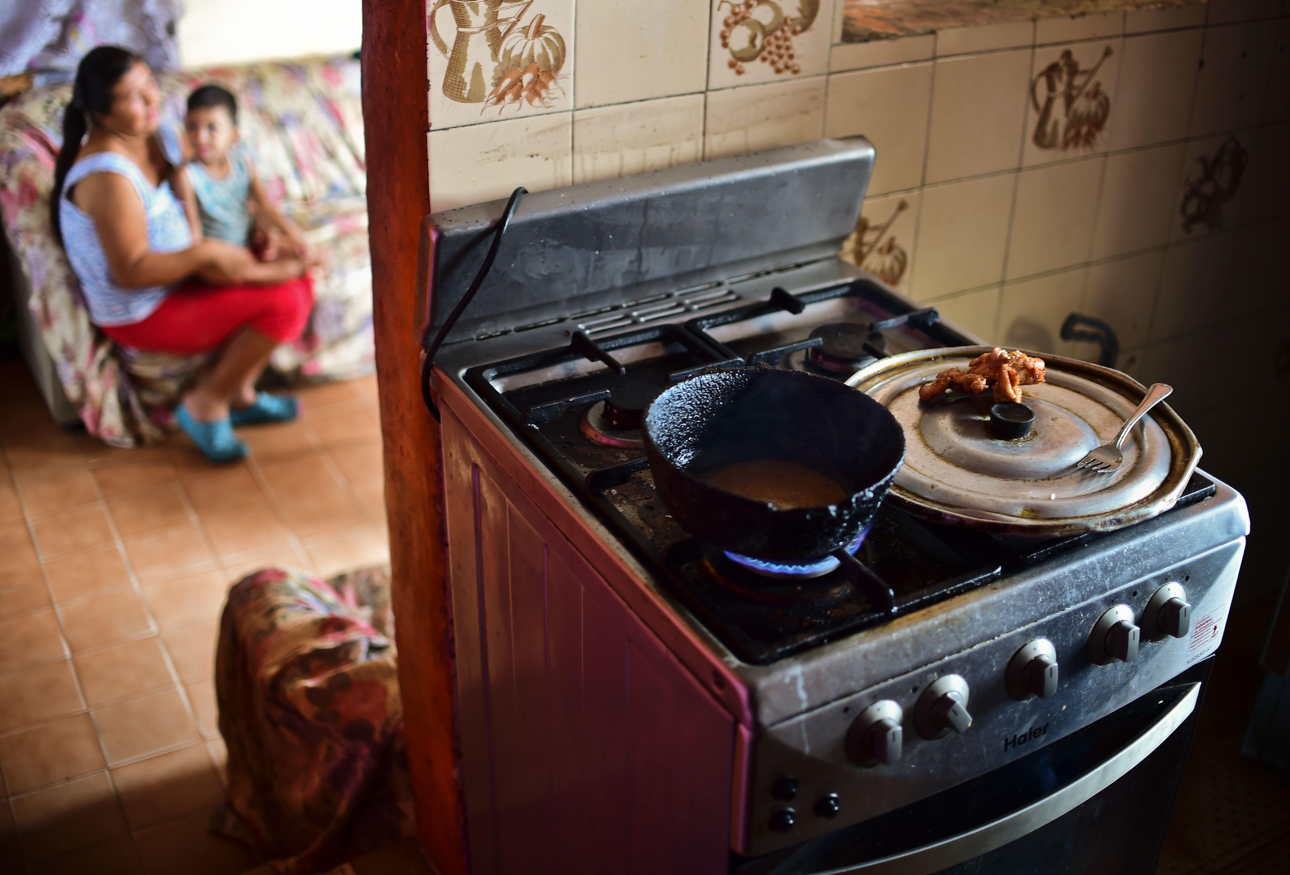 Una madre y su hijo en Venezuela