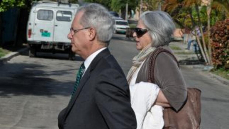El abogado y la esposa de Alan Gross.