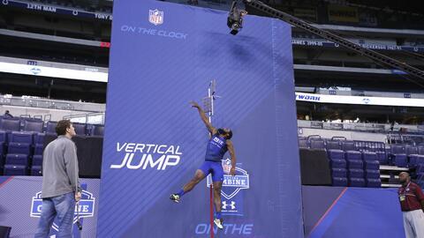 ¿Qué altura alcanzan las estrellas de la NFL en la prueba de salto verti...