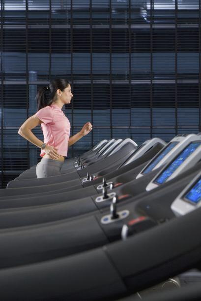 6)Haz actividad física a diario. El ejercicio regular puede promover un...