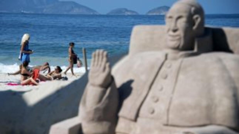 Una estatua de arena del papa Francisco reposa en las playas de Copacaba...