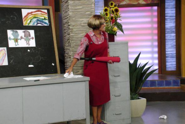 La maestra Karla llegó lista para dar calificaciones.