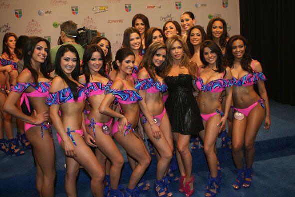 Las bellas posaron al lado de la maestra Claudia Molina.
