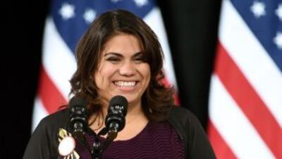 La inmigrante Astrid Silva presenta al presidente Barack Obama en la esc...