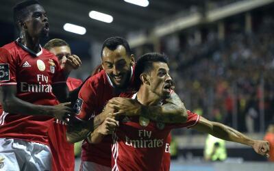 Benfica festeja uno de los goles que anotó ante Chaves.