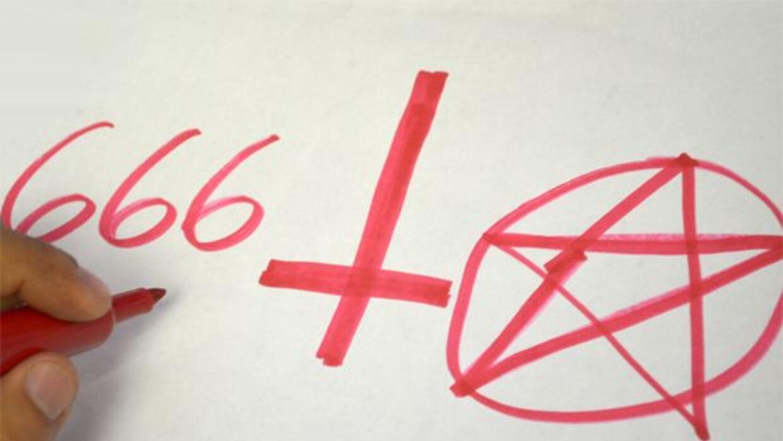 El triple 6, la cruz invertida y el pentagrama son los símbolos que util...