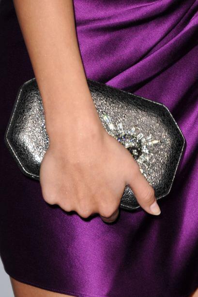 Además de un pequeño bolso color negro en forma de octágono y cuyo detal...