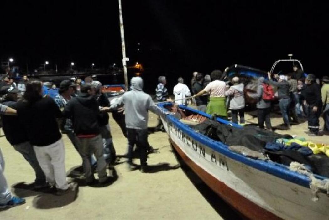 Las personas comenzaron a sacar botes de pesca del agua durante la alert...